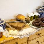 domowy chleb pelnoziarnisty przetwory ceramika boleslawiec swieze jajka