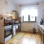 kuchnia drewniana podłoga gliniane garnki