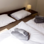 ręczniki i pościel w wyposażeniu pokoju