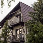 drewniane balkony świerki okno ogród
